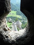 Burg_Hohenwerfen_-_Blick_durch_Schießscharte.JPG