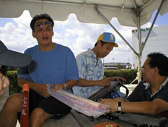 Alex Pagulayan - Pagulayan (center) and Francisco Bustamante (left) at the 2004 US Open Nine-ball Championship signing autographs