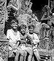 COLLECTIE TROPENMUSEUM Drie Balinese jongens poseren voor een tempel TMnr 10005062.jpg