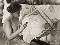 COLLECTIE TROPENMUSEUM Een batikster aan het werk met een waspen TMnr 60052166.jpg