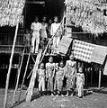 COLLECTIE TROPENMUSEUM Een groep Dajaks voor hun huis Borneo TMnr 10005636.jpg