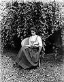 COLLECTIE TROPENMUSEUM Portret van Adee Arensmet een boek in de tuin TMnr 10024017.jpg