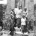 COLLECTIE TROPENMUSEUM Portret van de familie van Cokorda Alit Putra Peliatan TMnr 60030140.jpg