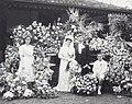 COLLECTIE TROPENMUSEUM Portret van een bruidspaar Kitty Wichers en de heer Gravenhorst tussen de bloemstukken TMnr 60039064.jpg