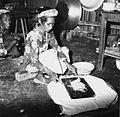 COLLECTIE TROPENMUSEUM Portret van een vrouw die rauwe vis fijn hakt in haar keuken TMnr 20000273.jpg