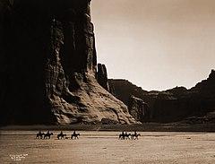 EDWARD SHERIFF CURTIS LE PHOTOGRAPHE DES AMÉRINDIENS 240px-Canyon_de_Chelly%2C_Navajo