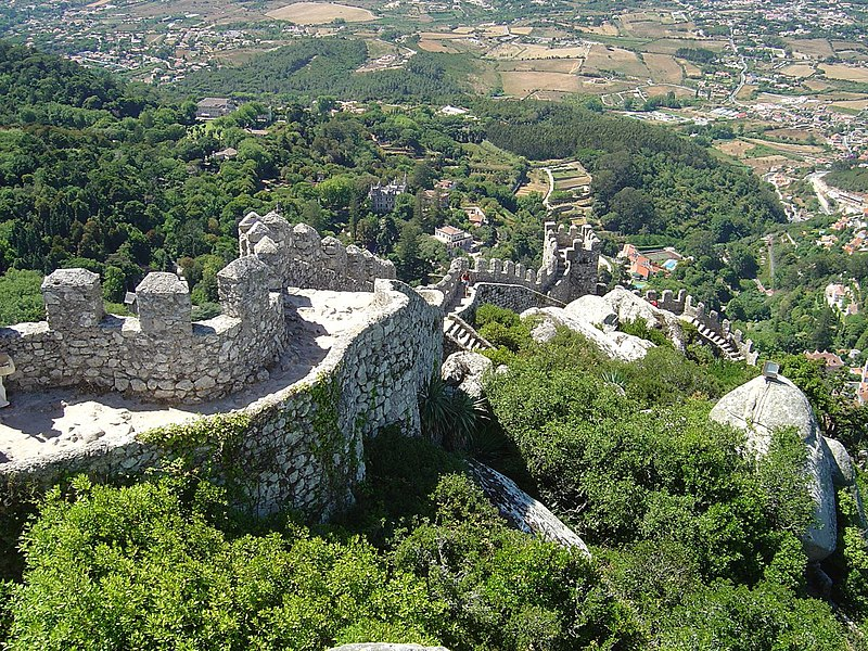 http://upload.wikimedia.org/wikipedia/commons/thumb/5/5c/Castelo_dos_Mouros_-_Sintra_%28Portugal%292.jpg/800px-Castelo_dos_Mouros_-_Sintra_%28Portugal%292.jpg