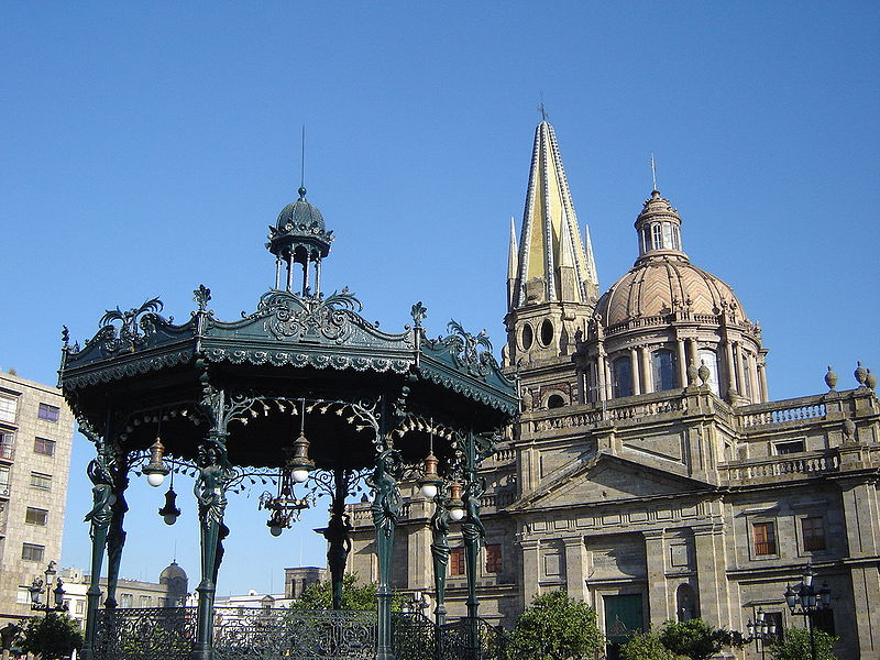 File:Catedral y kiosco.jpg