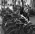 Cegléd 1972, kerékpártámaszok és csoportkép. Fortepan 20830.jpg
