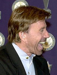 Chuck Norris riceve il Veteran of Year dalla United States Air Force nel 2001
