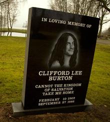 Stele in ricordo di Cliff posta sul luogo del tragico incidente.[21] Il monumento recita: «In devota memoria di CLIFFORD LEE BURTON