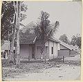 Collectie NMvWereldculturen, RV-A440-dd-121, foto, 'Woning der eerste klasse voor inheemse arbeiders in kampong Pengok bij de C.W. te Yogyakarta', fotograaf onbekend, 1924-1932.jpg