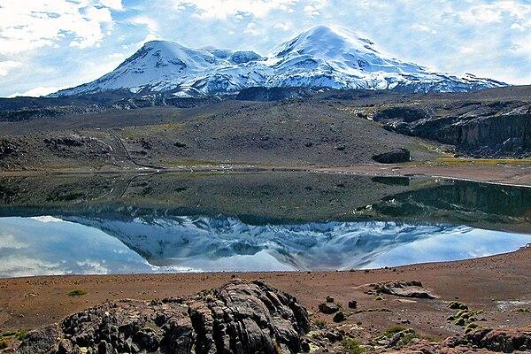 Jezioro Pallarcocha i masyw wulkanu Coropuna. Zbiornik Pallarcocha wchodzi w skład   przestrzeni ceremonialniej związanej z kompleksami administracyjno-ceremonialnymi   (m.in. z Maucallacta), w których były realizowane obrzędy ku czci świętej dla Inków góry Coropuna.   Fot. Wikimedia Commons, autor: Edubucher, lic. CC BY-SA 3.0.