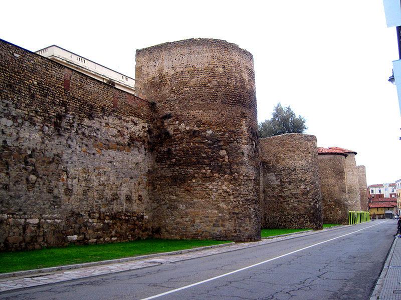 File:Cubos de la muralla de León.jpg