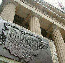 Placa conmemorativa de la Northwest Ordinance en el exterior del Federal Hall, en el bajo Manhattan (lugar del Capitolio de EE.UU. en 1787)