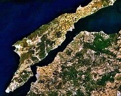 Τα Δαρδανέλια και η χερσόνησος της Καλλίπολης από το διάστημα. Η ομώνυμη πόλη, σήμερα Τσανάκκαλε, ξεχωρίζει στο στενότερο σημείο επί της ασιατικής (δεξιάς) ακτής, με υπόλευκο χρώμα.