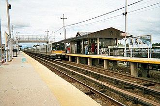 Deer Park (LIRR station) - Image: Deer Park Station Westbound Train Leaves
