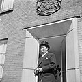 Directeur Jan van Abbe in jacquet met hoge hoed in een deuropening, Bestanddeelnr 255-8434.jpg