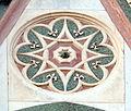 Duomo di firenze, medaglioni intarsiati in marmi nei timpani delle finestre sui fianchi 20,2.jpg