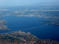 Washingtonovo jezero s mostem Evergreen Point Floating Bridge.