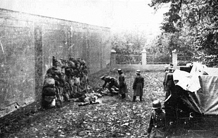 Execution of ethnic Poles by German SS Einsatzkommando soldiers in Leszno, October 1939 Execution of Poles by German Einsatzkommando Oktober 1939.jpg