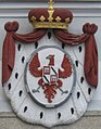 Fürstenberg-Wappen über dem Eingang zum Pfarrhof der Pfarrkirche St. Peter und Paul in Weitra.jpg