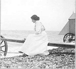 Thomas Hardy - Florence Hardy at the seashore, 1915