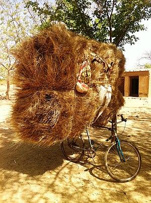 Français: Foin transporté en bicyclette (Mali)