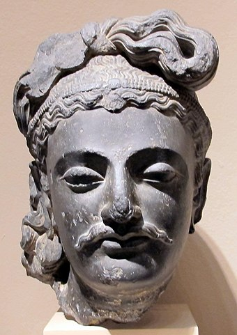 The head of a Gandhara Bodhisattava said to resemble a Kushan prince, as seen in the portrait of the prince from Khalchayan. Philadelphia Museum. Gandhara, testa di bodhisattva, 190-210 dc ca..JPG