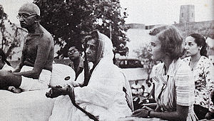 Lady Pamela Hicks - Image: Gandhi and Lady Mountbatten during prayer