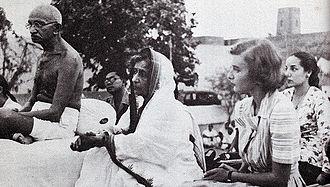 Lady Pamela Hicks - Image: Gandhi and Lady Mountbatten during prayer