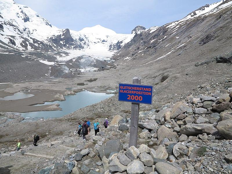 """File:Gletscherschmelze der """"Pasterze am Großglockner"""" aufgenommen Mai 2016 mit der Markierung des Gletscherstandes im Jahr 2000.jpg"""