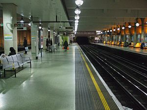 Gloucester Road tube station - Modern eastbound view of Circle and District line platforms