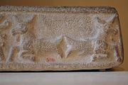 Poissons-chèvres, détail d'un bassin cultuel: personnification de l'abîme des eaux douces, domaine du dieu Ea. Calcaire, période médio-elamite.