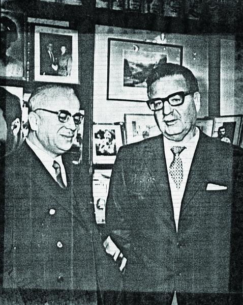 File:Gonzalo Rojas con el Presidente Salvador Allende (1970).jpg