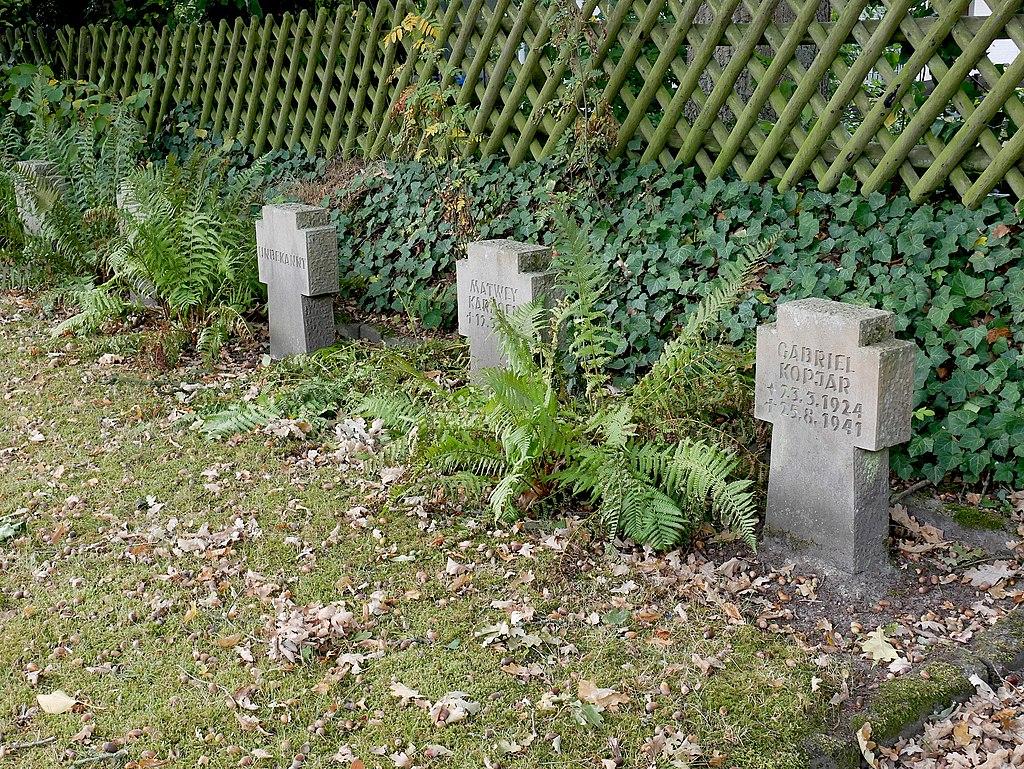 Gräber von Zwangsarbeitern und Zivilopfern.jpg