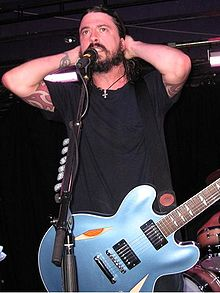 Grohl live with the Foo Fighters, 2007