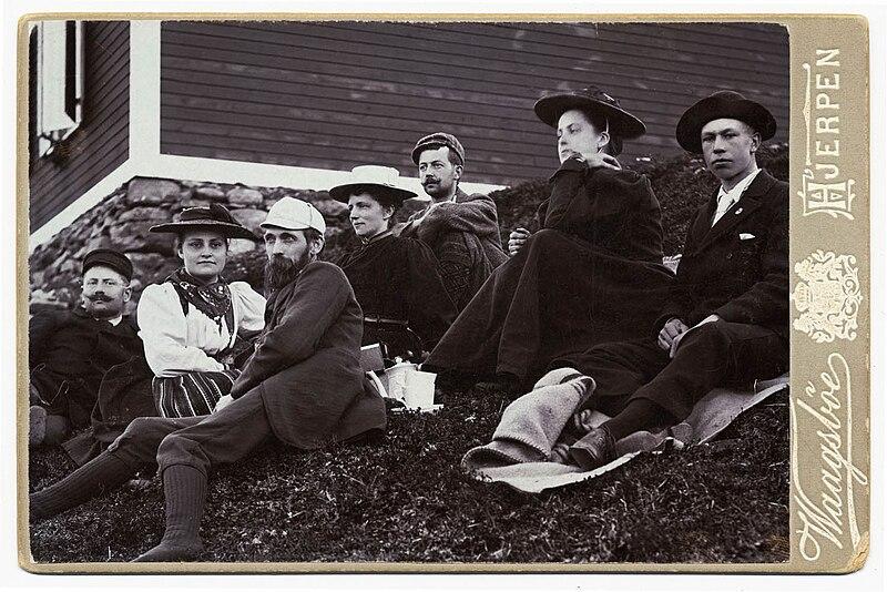 File:Gruppbild utanför Sylstugan vid invigningen 1897. Män och kvinnor sittande i slänt utanför raststuga - Nordiska Museet - NMA.0000050.jpg