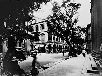 D'Aguilar Street - Intersection of the lower end of D'Aguilar Street with Queen's Road in 1890. The building  at the corner with arcades was the first generation of the Hong Kong Club Building.
