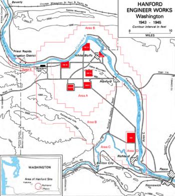Eine Konturkarte mit der Gabelung der Flüsse Columbia und Yakima und der Grenze des Landes mit sieben kleinen roten Quadraten