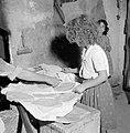 Het dorp Peki'in in Opper Galilea. Interieur van een bakkerij waar een meisje he, Bestanddeelnr 255-3778.jpg
