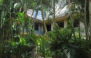 C. Brewer Building - Image: Honolulu C Brewer courtyard balconies