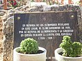 Inscripción situada en el recinto en el que se encuentran enterrados los cuerpos de las 19 personas fusiladas una vez finalizada la Guerra Civil Española (1936-1939) - panoramio.jpg