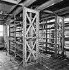 interieur depotgebouw ijzeren stellingkasten leren platen, handgrepen betegelde vloer kast ten behoeve van hulpmotor. -