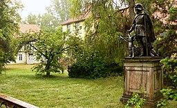 Jagdschloss Göhrde Hauptbau Front mit Jagdenkmal