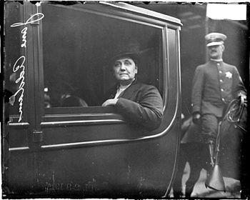 English: Jane Addams in a car