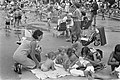 Kinderen bij de speelvijver van het Beatrixpark te Amsterdam, Bestanddeelnr 920-4849.jpg