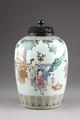 Kinesisk urna med lock av trä, dekorerad med nio lekande barn i en trädgård - Hallwylska museet - 95658.tif