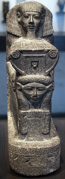 File:Kneeling Statue of Senenmut Holding Hathor Symbol - Front - ÄS 6265.jpg