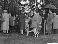 Koningin Juliana in gesprek met , Bestanddeelnr 911-6205.jpg